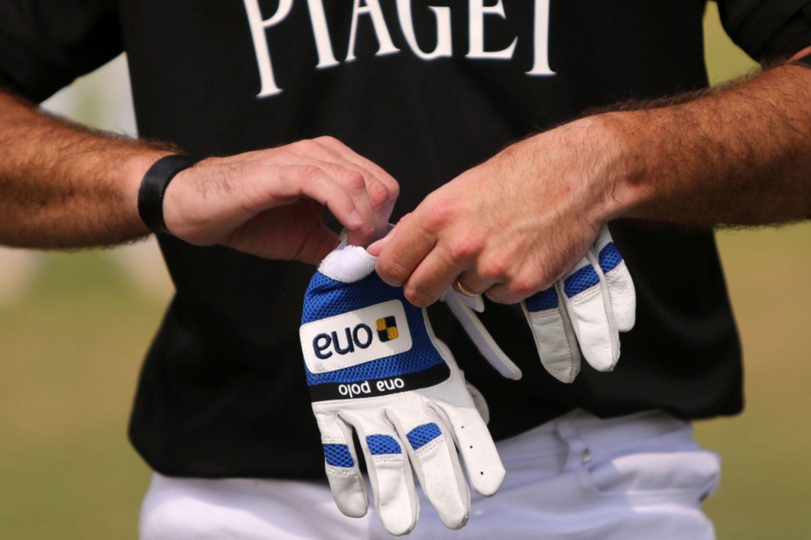 men-using-ona-glove